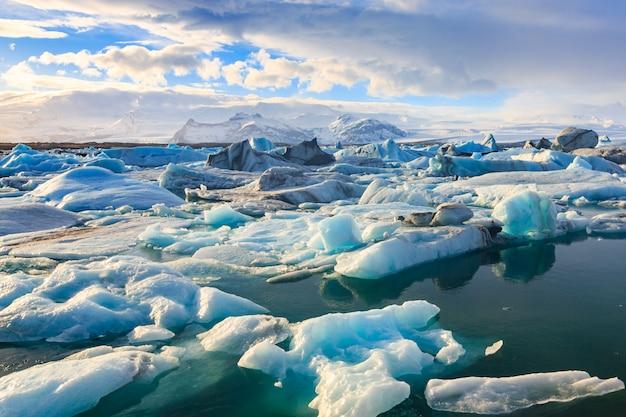 Scenic view of icebergs in jokulsarlon glacier lagoon Premium Photo