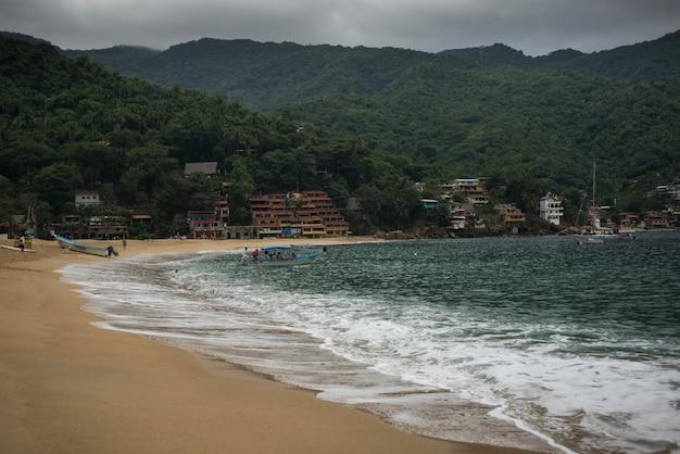 海岸沿いの町、yelapa、ハリスコ、メキシコのビーチの景色 Premium写真