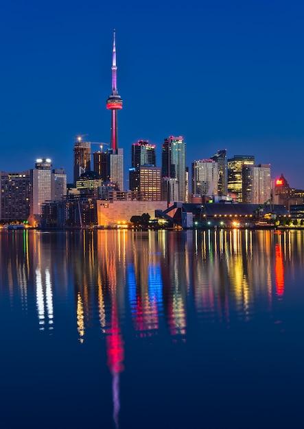 Живописный вид на город ночью Бесплатные Фотографии