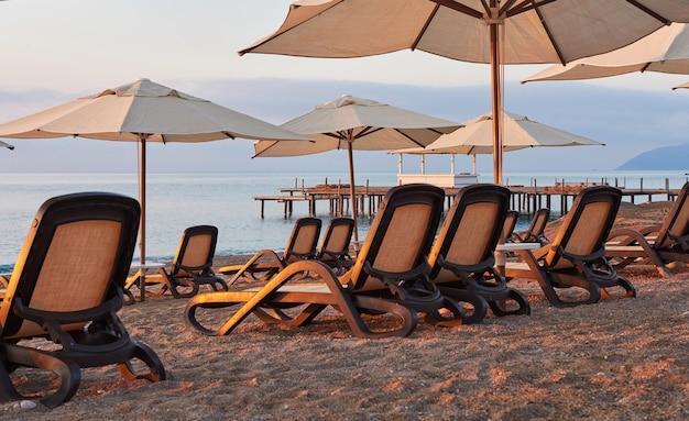 海と山に対してサンベッドを備えたビーチの砂浜のプライベートビーチの美しい景色。アマラドルチェヴィータラグジュアリーホテル。リゾート。ケメロボ・ケメル。七面鳥 無料写真