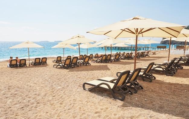 海と山からのサンベッドを備えた砂浜のプライベートビーチの美しい景色。アマラドルスヴィータラグジュアリーホテル。リゾート。ケメロボケメル。七面鳥。 無料写真