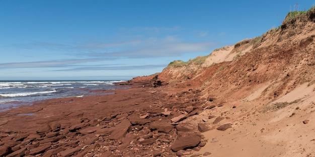 岩場の海岸線、緑のゲイブルズ、キャベンディッシュ、プリンスエドワード島国立公園、プリンスの景色 Premium写真