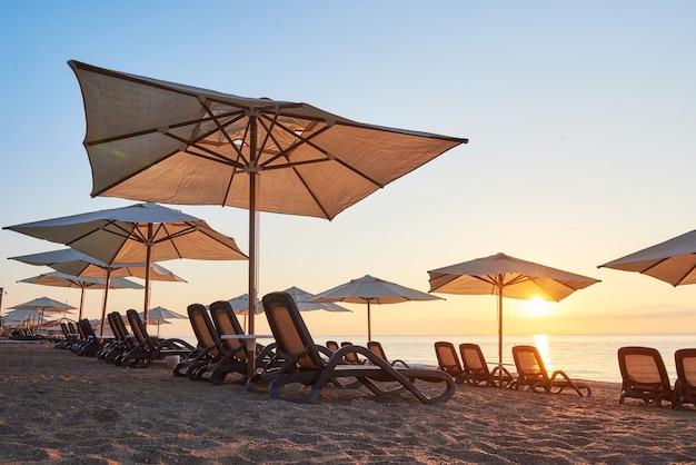 夕暮れ時の海と山のサンベッドと砂浜の美しい景色。アマラドルスヴィータラグジュアリーホテル。リゾート。ケメロボケメル。七面鳥。 無料写真