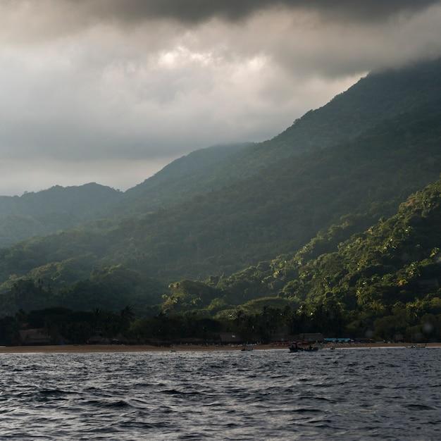 山、yelapa、jalisco、メキシコの近くの海の景色 Premium写真