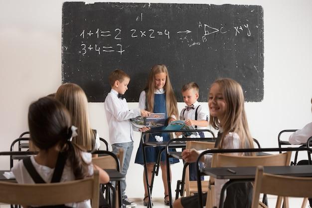 レッスンの教室での小学生。 無料写真