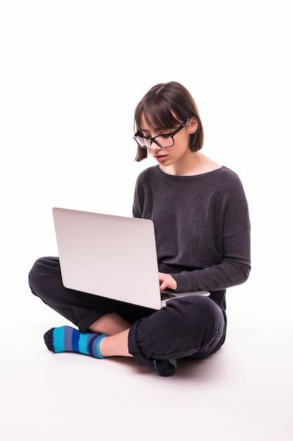 学校、教育、インターネット、技術コンセプト-ラップトップコンピューターで床に座っている若い十代の少女 無料写真