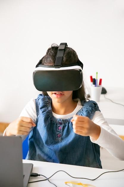 ゲームをプレイし、vrヘッドセットを使用している女子高生 無料写真