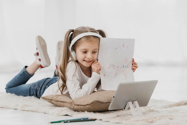 Scuola ragazza che indossa le cuffie corsi virtuali Foto Gratuite