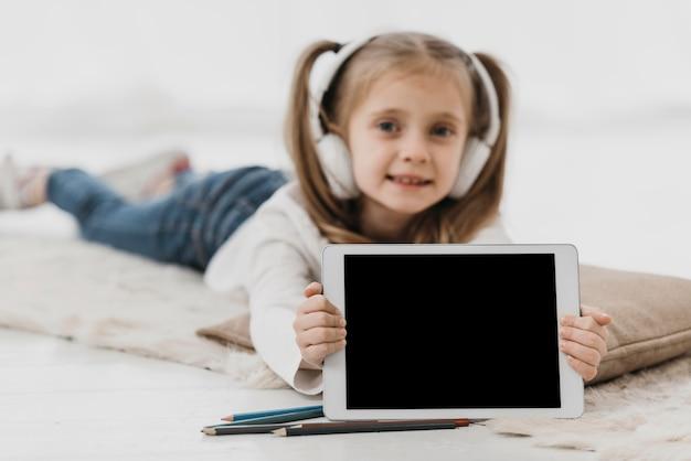 Scuola ragazza che indossa le cuffie scuola virtuale Foto Gratuite