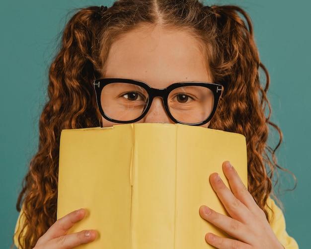 Школьница в желтой рубашке с книгой Бесплатные Фотографии