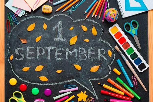 Школа разноцветные материалы, карандаши и нарисованные облака с копией пространства для текста. Бесплатные Фотографии