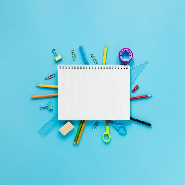 Strumenti di scuola e ufficio su sfondo azzurro Foto Gratuite