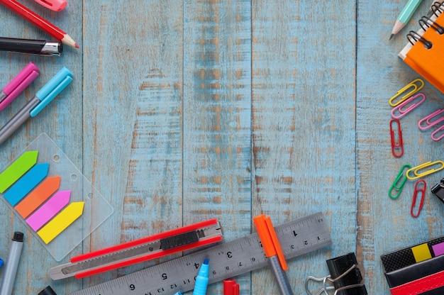 Scuola o strumenti di ufficio su tavola di legno vintage Foto Gratuite