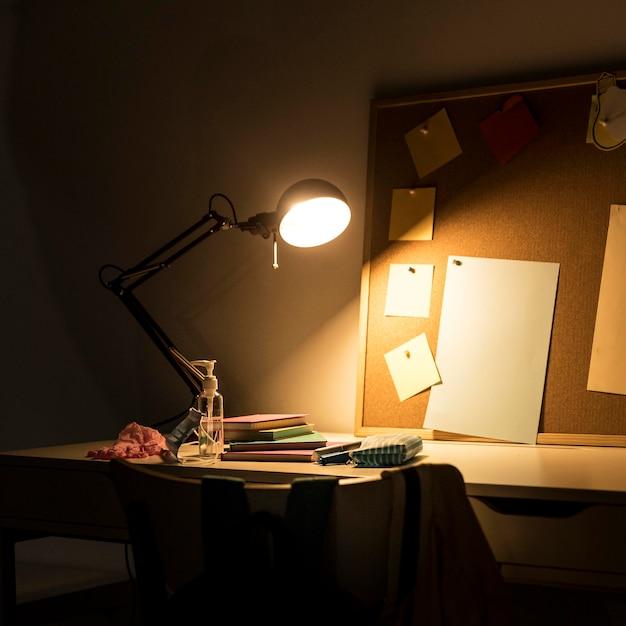 Disposizione del materiale scolastico nella stanza dei bambini Foto Gratuite