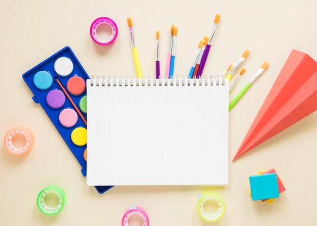 Materiale scolastico su sfondo beige Foto Gratuite
