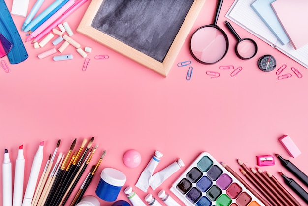 ピンクの上面に学用品、フラットレイアウト Premium写真