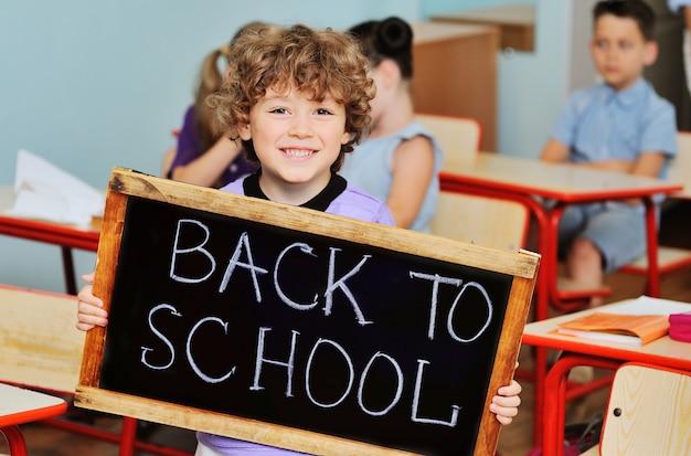 巻き毛を笑顔で男子生徒 Premium写真