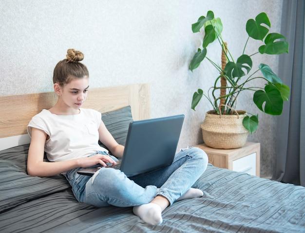 自宅で女子高生の勉強 Premium写真