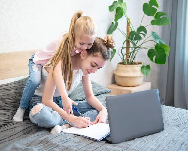 自宅で勉強する女子学生 Premium写真