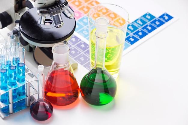 화학 물질 구색이있는 과학 요소 프리미엄 사진