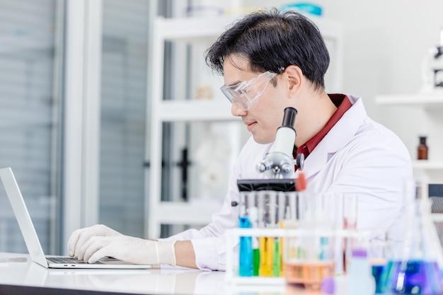 病院の医療ラボでオンラインで作業している科学者の医師または医療ラボの技術者 Premium写真