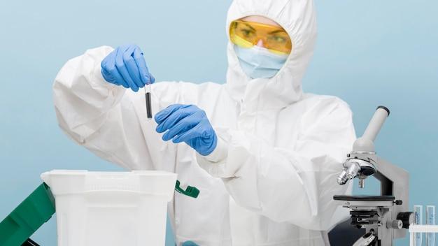 Scienziato che fa un esperimento in un laboratorio Foto Gratuite