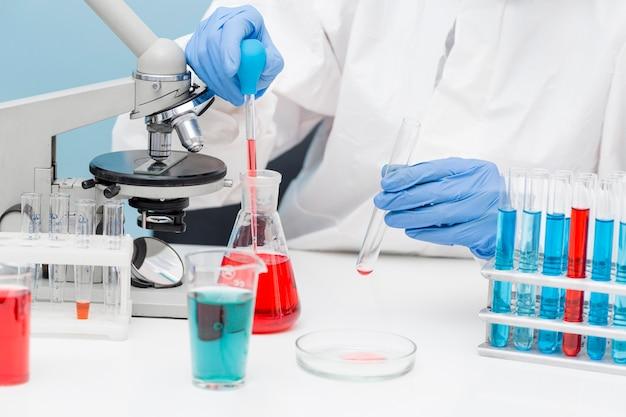 화학 물질을 다루는 과학자 무료 사진