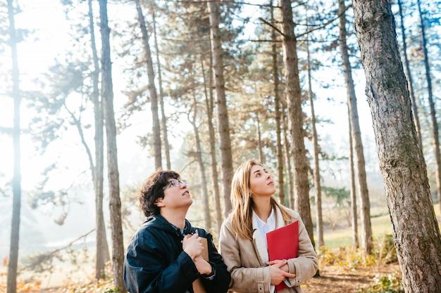 Gli scienziati stanno studiando le specie vegetali nella foresta. l'ecologista scienziato ispeziona gli alberi Foto Gratuite