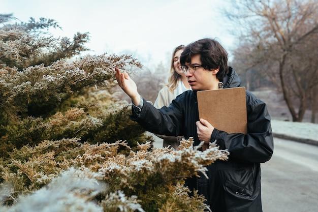 科学者たちは森の植物種を研究しています。 無料写真