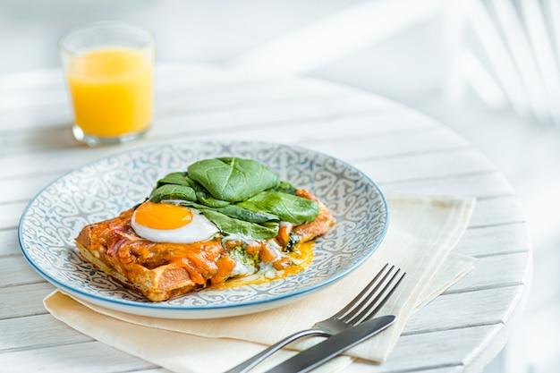 Яичница на мясо с жареным картофелем и тост на тарелку на деревянный стол Бесплатные Фотографии