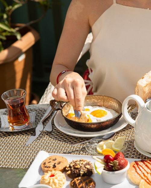 Scrambled eggs with bread and fragrant tea Free Photo