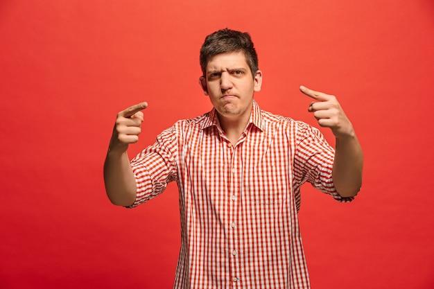 Urla, odio, rabbia. piangere uomo arrabbiato emotivo che grida sullo studio rosso. Foto Gratuite