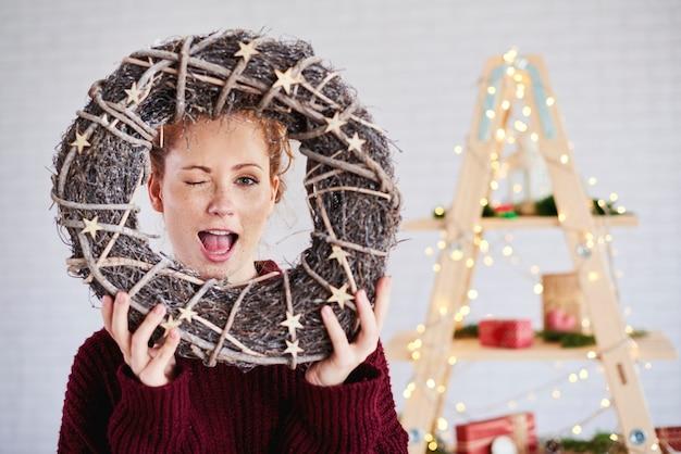 크리스마스 화 환을 들고 소리를 지르는 여자 무료 사진