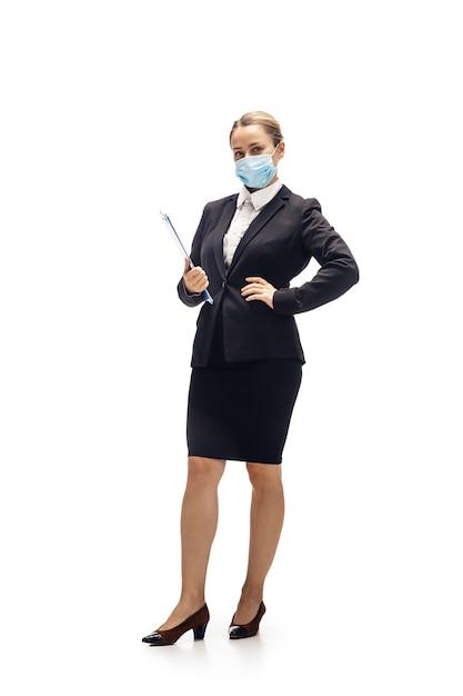 Прокрутка телефона. молодая женщина, бухгалтер, финансовый аналитик или букер в офисном костюме, изолированном на белой студии. Бесплатные Фотографии