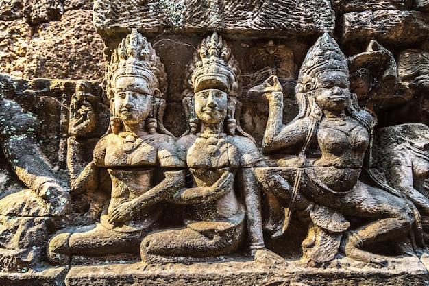 Скульптура на стене терраса храма слонов в ангкор-ват, камбоджа Premium Фотографии