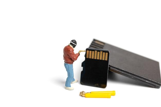 Миниатюрные люди техник фиксации стопку sd-карт на белом фоне Premium Фотографии