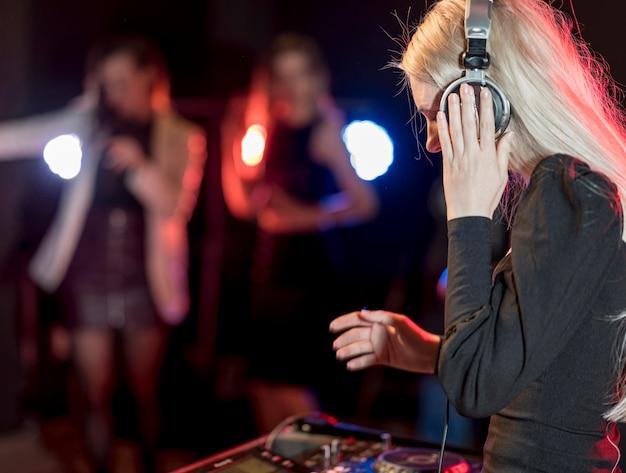 Сде вид девушка смешивания музыки Бесплатные Фотографии