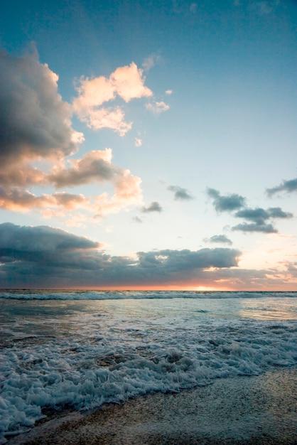 Море против облачного неба Premium Фотографии