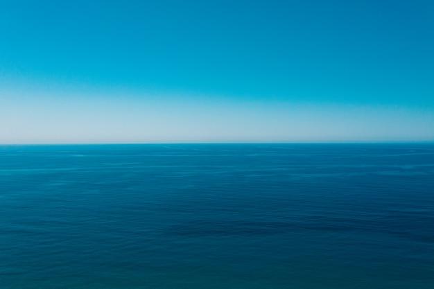 Море и фон голубого неба. Бесплатные Фотографии
