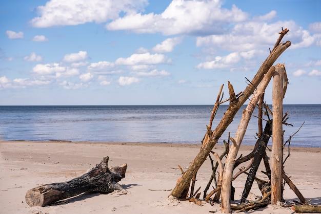 Морское побережье с облаками в солнечный летний день. Premium Фотографии