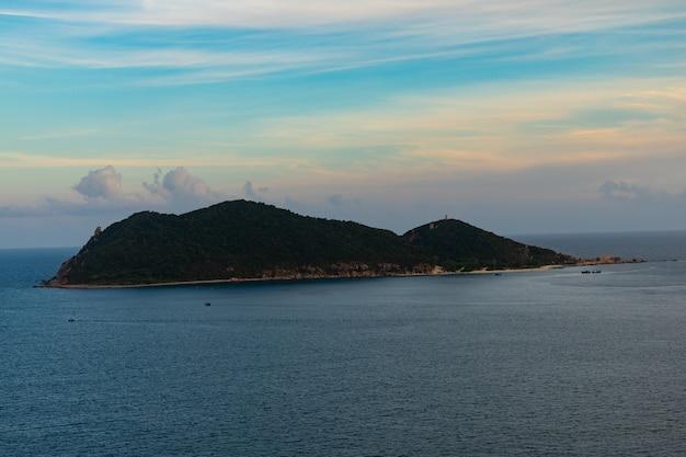 Mare con un'isola in lontananza in vietnam Foto Gratuite