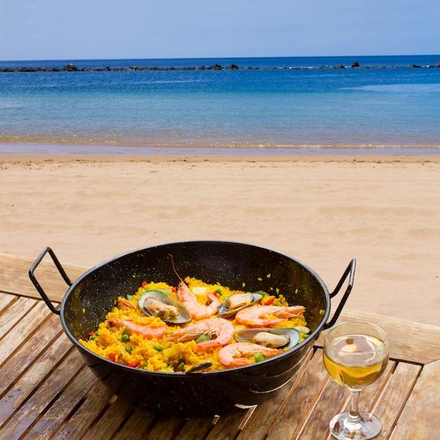 Паэлья из морепродуктов в приморском кафе Premium Фотографии