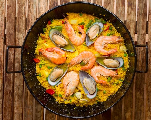 Паэлья из морепродуктов - традиционное испанское блюдо Premium Фотографии