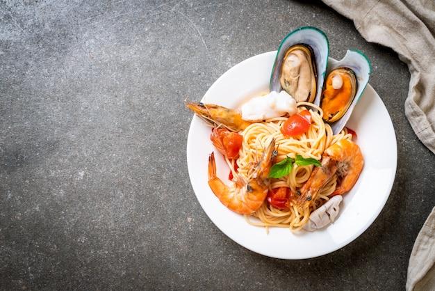 アサリ、エビ、イカ、ムール貝、トマトのシーフードパスタスパゲッティ Premium写真