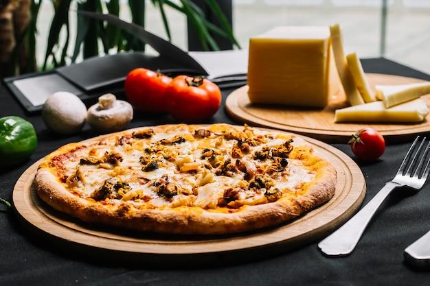 エビムール貝イカとチーズのシーフードピザ 無料写真