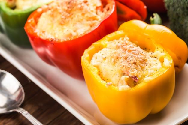 Riso ai frutti di mare con formaggio, peperoni ripieni di riso e carne macinata. .pepe verde alla griglia con formaggio Foto Gratuite