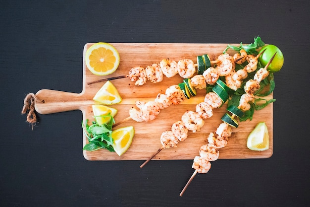 Seafood shish kebabs served with citrus fruits Free Photo
