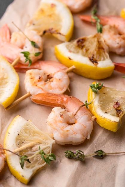 シーフードのエビの串焼きとレモン 無料写真