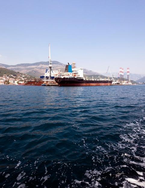 항구-화물선이 계류하는 항구. 프리미엄 사진