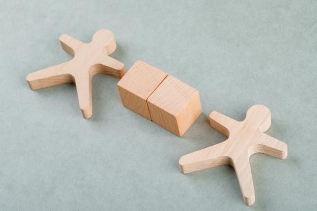 Cerca il concetto di dipendente con blocchi di legno con, figura umana in legno. Foto Gratuite